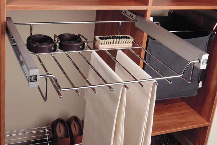 The PULL-OUT trousers HANGER (8 pairs) provides comfortable access to trousers. The anti-sliding band prevents them from sliding off the rail.